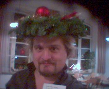 Ulf mit Adventskranz auf dem Kopf
