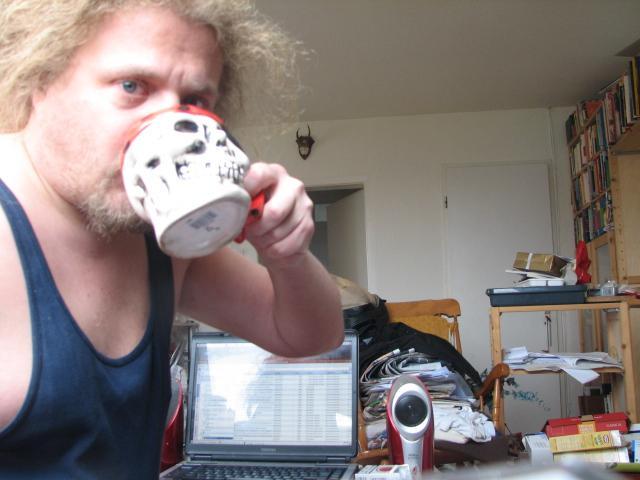 Der H�uptling trinkt Kaffee aus dem Sch�del eines Feindes