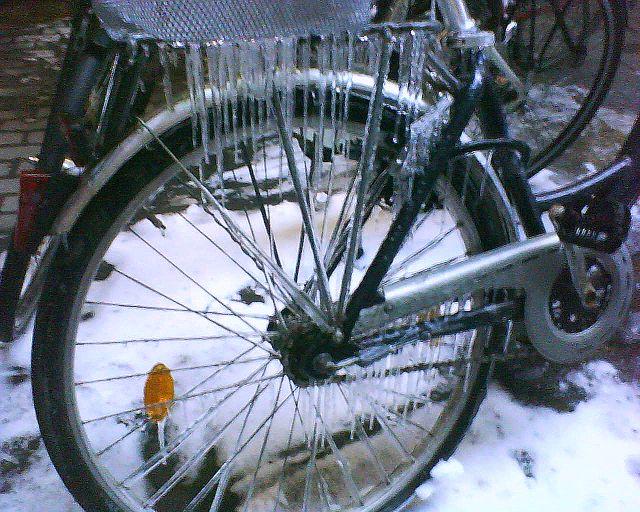 Was von Daisy übrigblieb: Fahrrad bzw. Velo mit Eiszapfen.