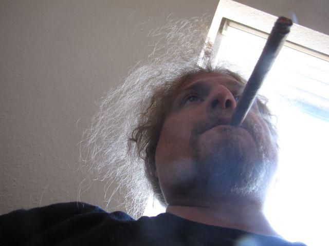 Ulf entspannt vermittels Tabakprodukten.