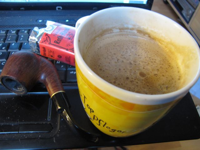 Kaffee und Pfeife.