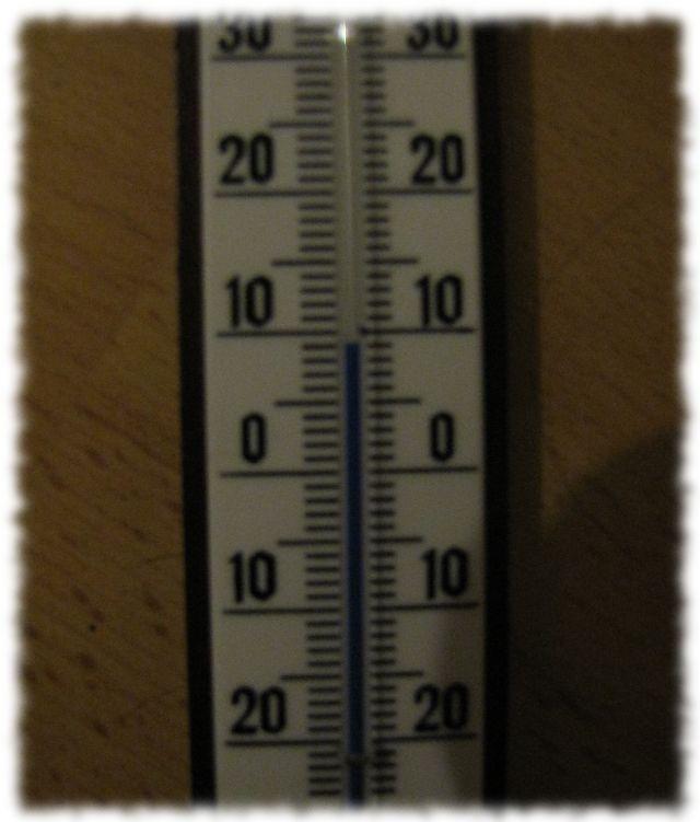 Das Zimmerthermometer zeigt weniger als 10 Grad.
