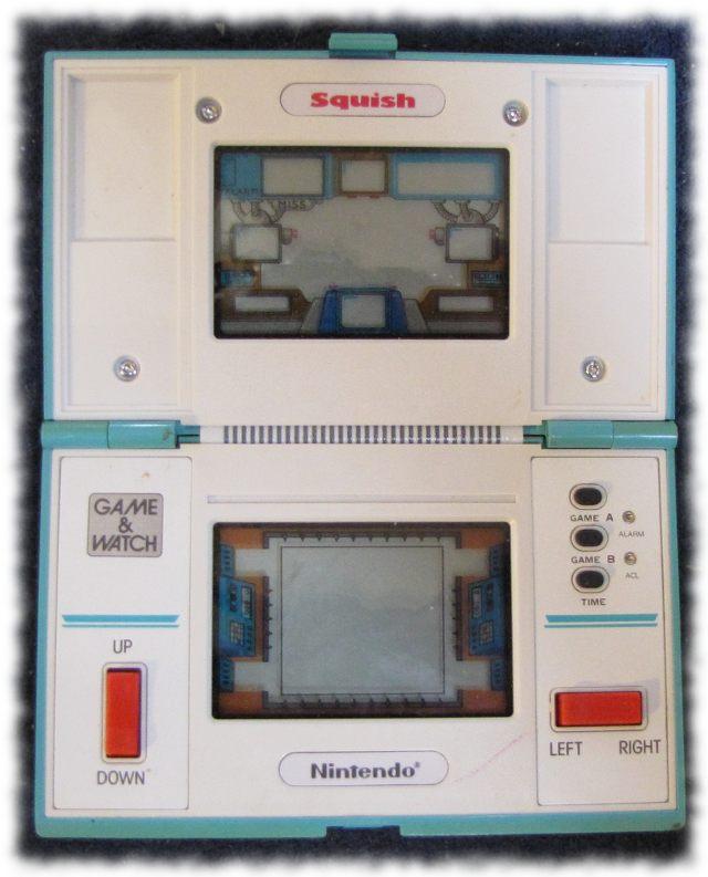 LCD-Spiel SQUISH von Nintendo (1986), geöffnet.