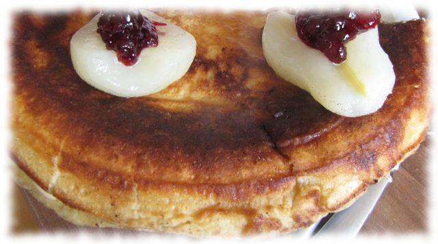 Fertiger Speckpfannekuchen, garniert mit Birnen und Preisselbeeren.