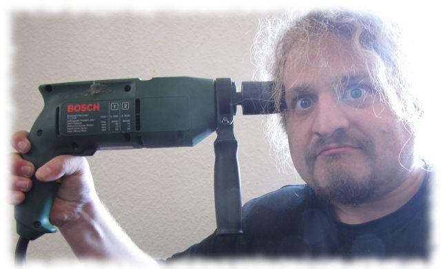 Ulf bohrt sich mit einer Schlagbohrmaschine ein Loch in den Schädel.