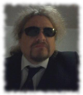 Ulf in Anzug und mit Sonnenbrille.