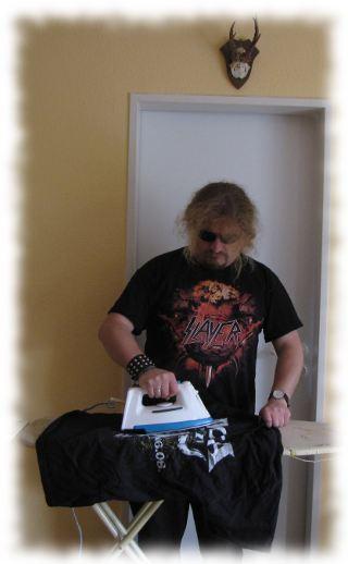 Hevy-Metal-Ulf bügelt unterm Rehgeweih.