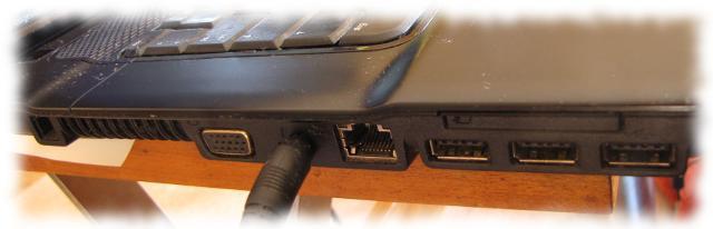 Nur noch das Netzkabel ist angeschlossen.