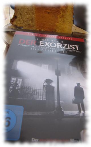 DVD-Hülle von Der Exorzist, im Hintergrund selbstgebackener Kuchen.