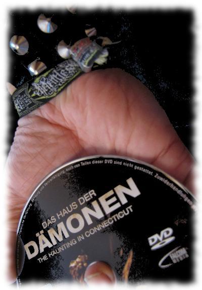 Ulf h�lt in seiner Hand die DVD Haus der D�monen.