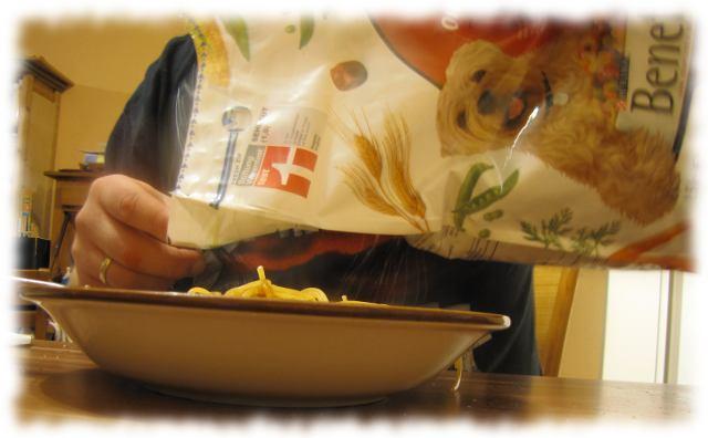 Ulf tut Hundefutter auf seine Spaghetti.