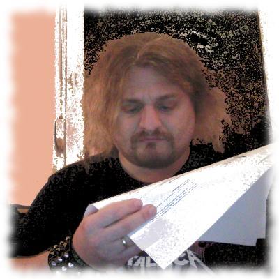Musikredakteur Ulf sichtet Presseinformationen einer Band.
