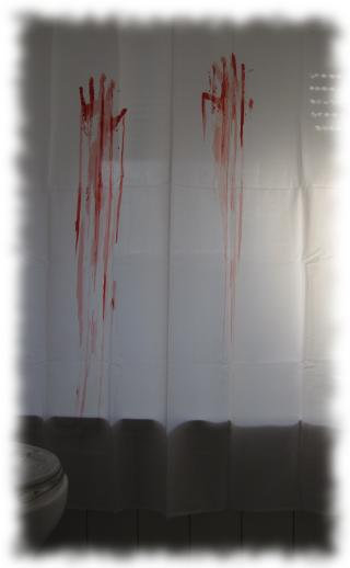 Blutbesudelter Duschvorhang.