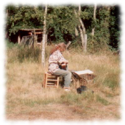 Ulf im Garten Gitarre übend, 1992.