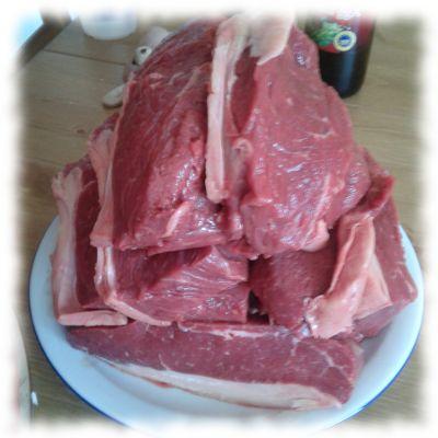 Rind, bereits in Scheiben geschnitten auf den Grill wartend.