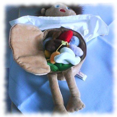Puppe mit Eingeweiden (Kinderspielzeug).