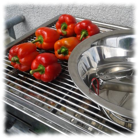 Paprika werden auf dem Grill verkohlt.