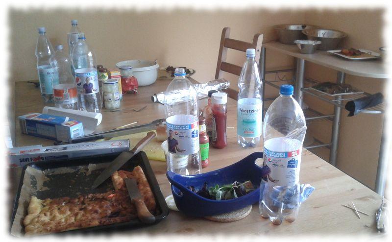 Unaufgeräumter Tisch.
