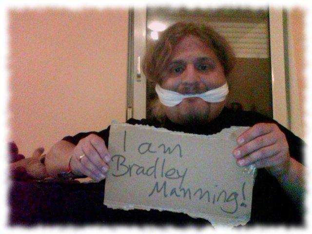Aktion: Ich bin Bradley Manning, Ulf geknebelt.