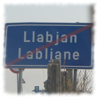 Ortsausgangsschild von Lljaban/Kosovo.