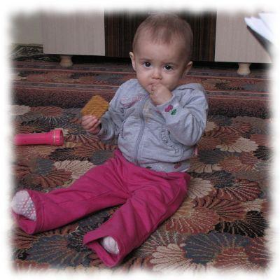 Die leukämiekranke Aurela isst einen Keks.