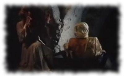 Ein Zombie macht sich durch verlassen des Sarges einsatzbereit.