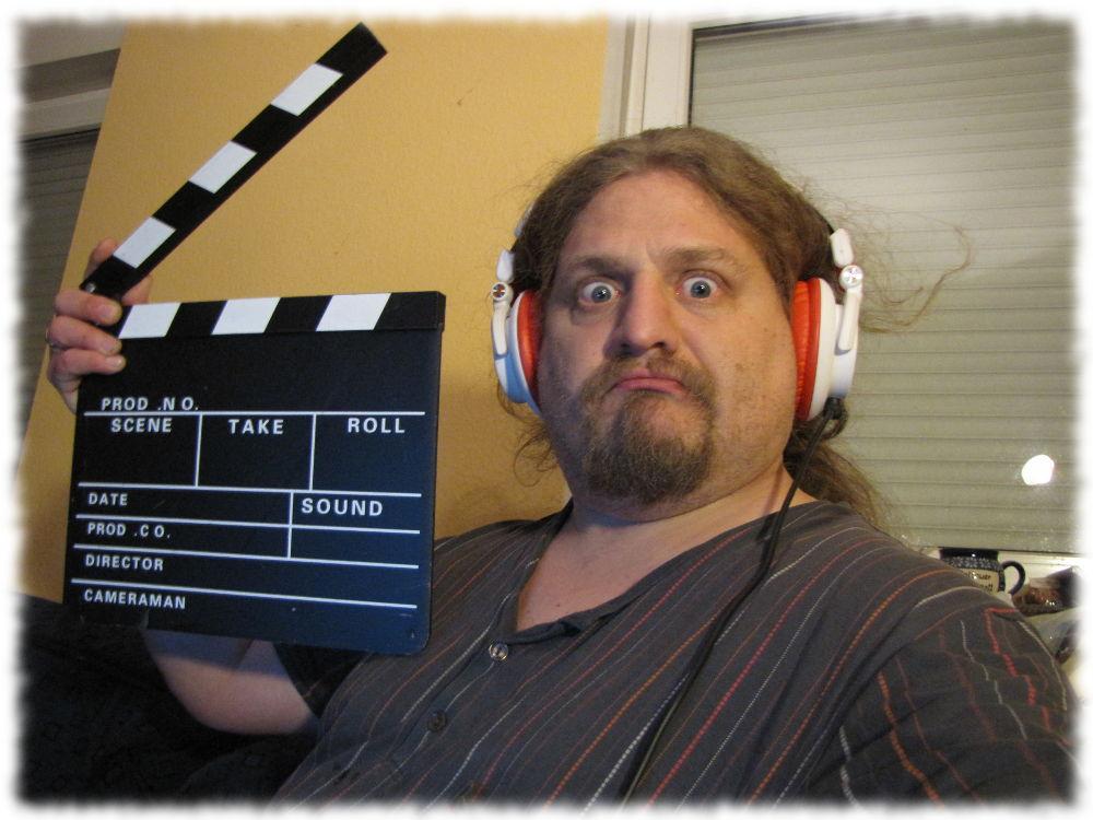 Ulf hält eine Filmklappe.