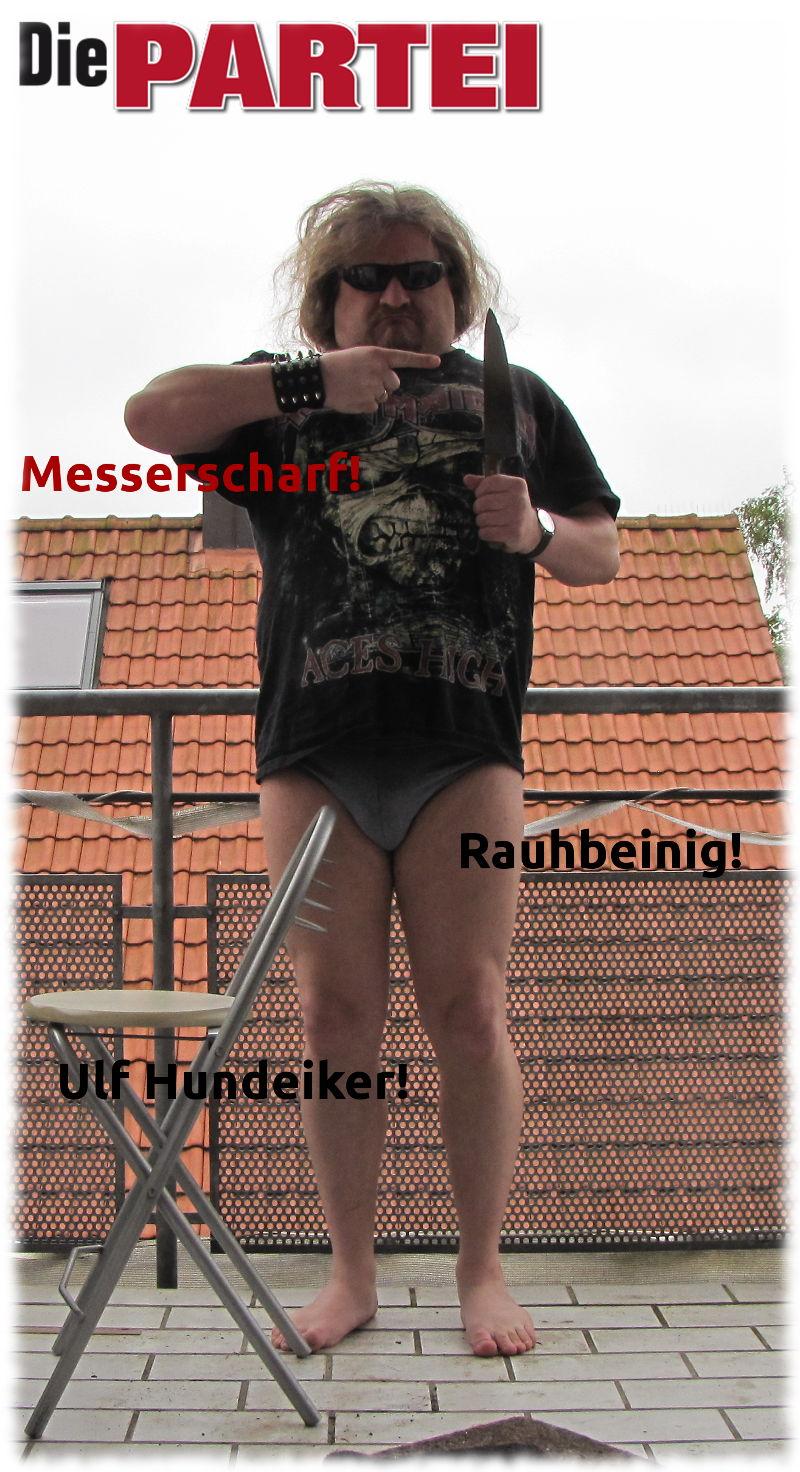 Wahlplakat: Die PARTEI - Messerscharf-Rauhbeinig-Ulf Hundeiker in Unterhosen und mit großem Messer.