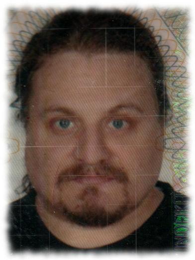 Passfoto sieht aus wie Fahndungsfoto für Auftragsmörder.