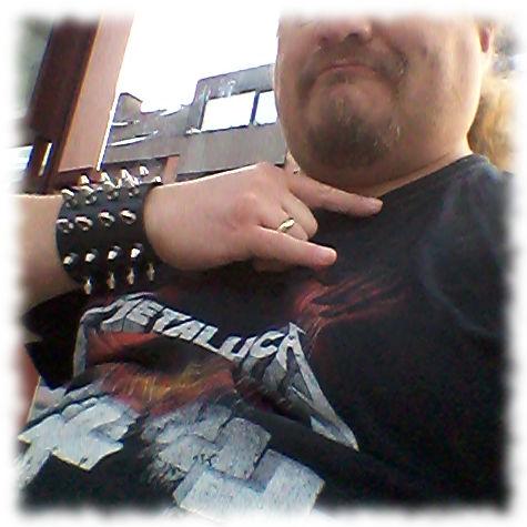 Pommesgabel zum Metallica-Shirt.