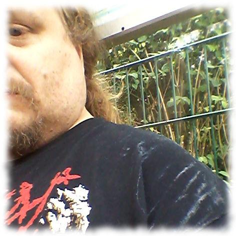 Verschwitzt mit sichtbaren Salzrändern am T-Shirt.