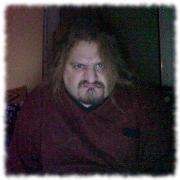 Ulf, gnatzig im Nachthemd.