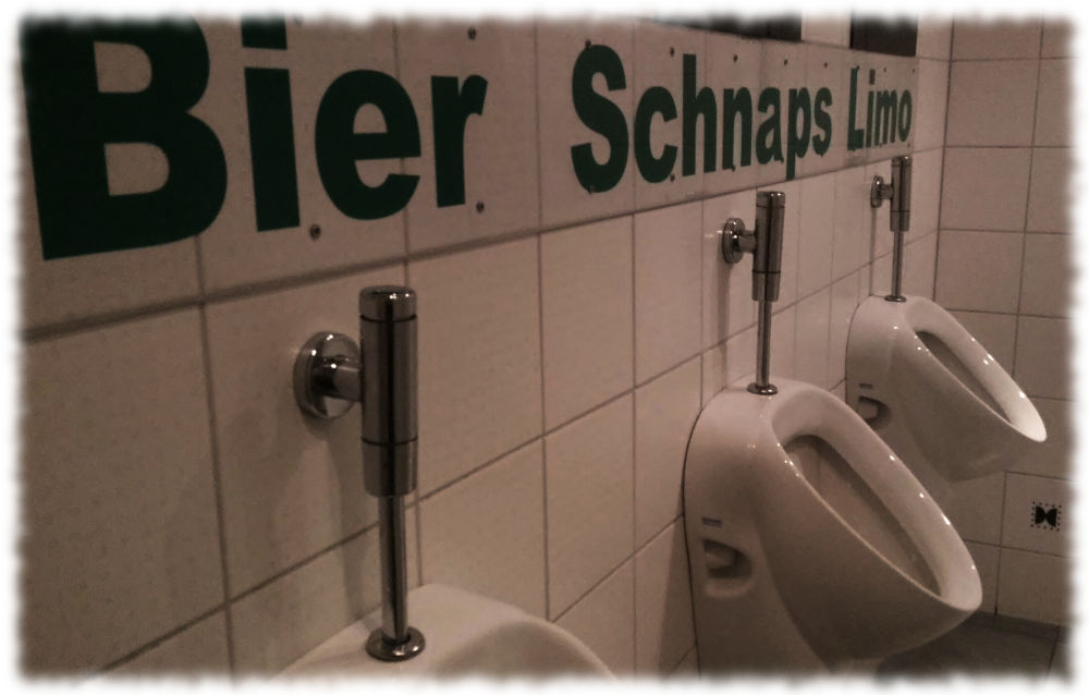 Urinale mit Beschriftung Bier-Schnaps-Limo