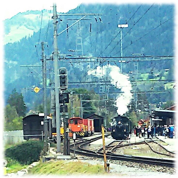 Kleine Dampflokomotive im malerischen Bahnhof von Ilanz/Graubünden.