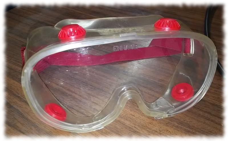 Hoffentlich staubdichte Schutzbrille.
