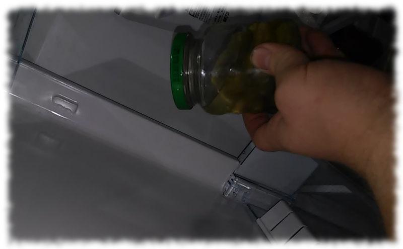 Glas mit Cornichons im Kühlschrank.