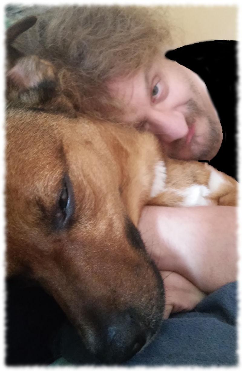 Ulf kuschelt mit Appenzeller-Mix Bruno.