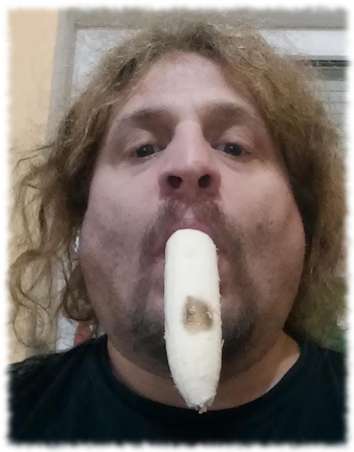 Ulf mit Banane im Mund.