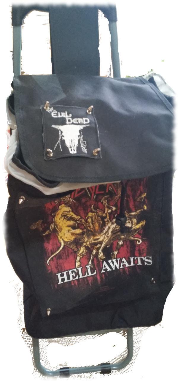 Rentnerporsche aka Einkaufstrolley, schwarz mit großem Backpatch von Slayer auf der Front.