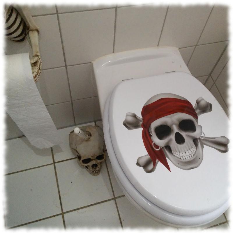 Neuer Klodeckel mit Piraten-Totenkopf.