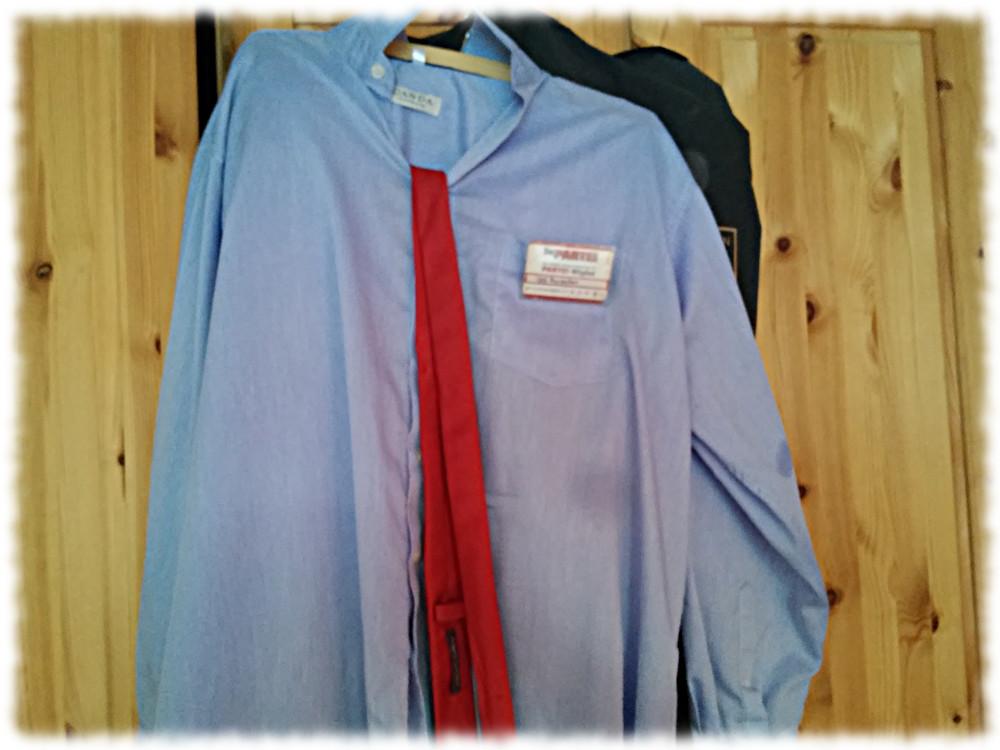 Sehr nachlässig gebügeltes hellblaues PARTEIhemd samt roter Krawatte.