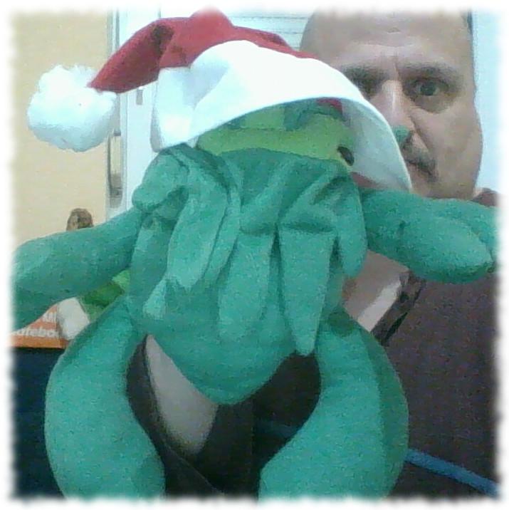 Cthulhu-Handpuppe mit Nikolausmütze