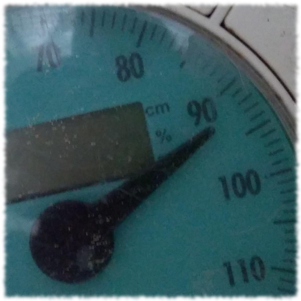 Waage zeigt 93 Kilo an.