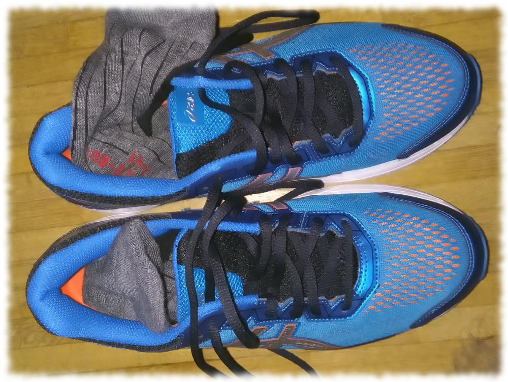 1 Paar Laufschuhe (Asics) mit Socken.