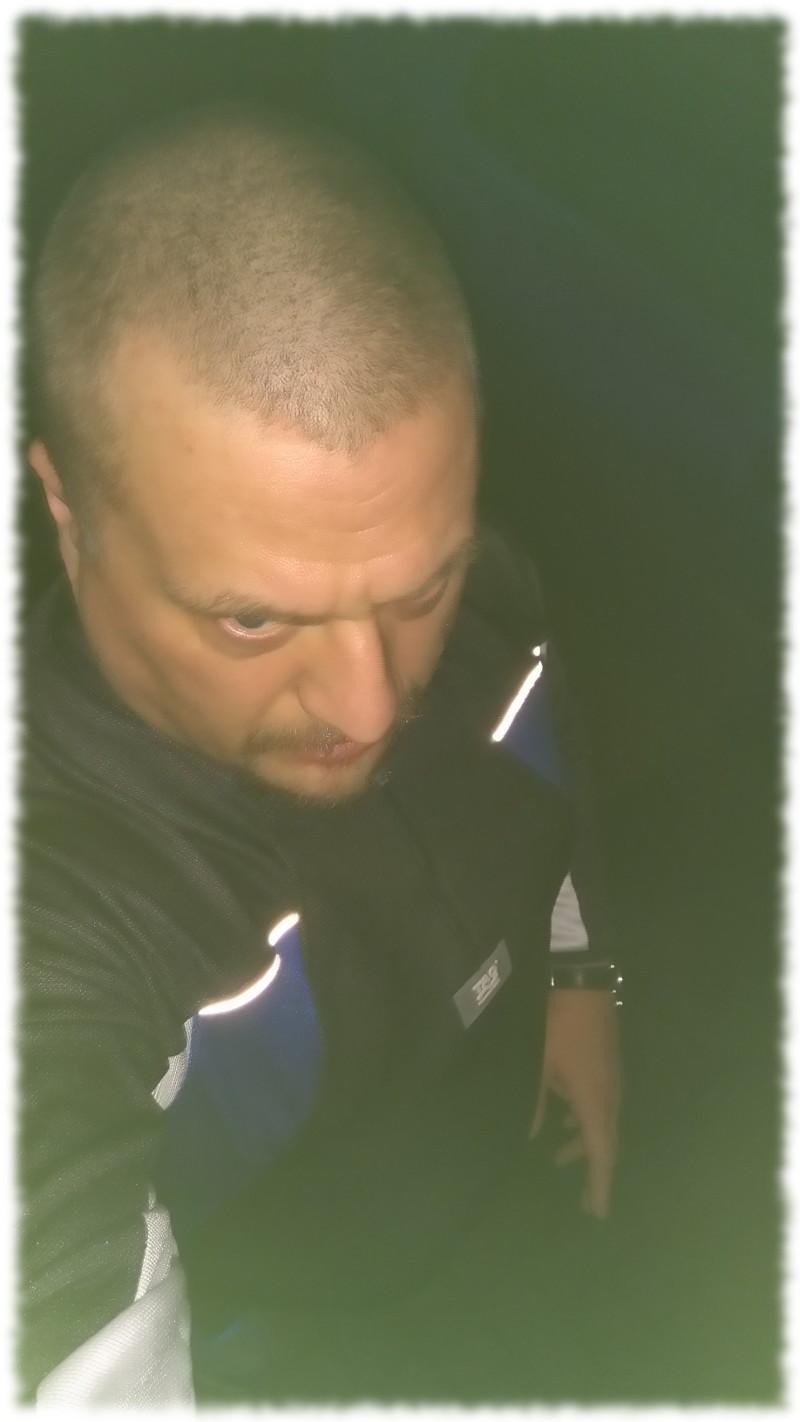 Ulf in Laufbekleidung im Dunkeln, entschlossenen Blickes.
