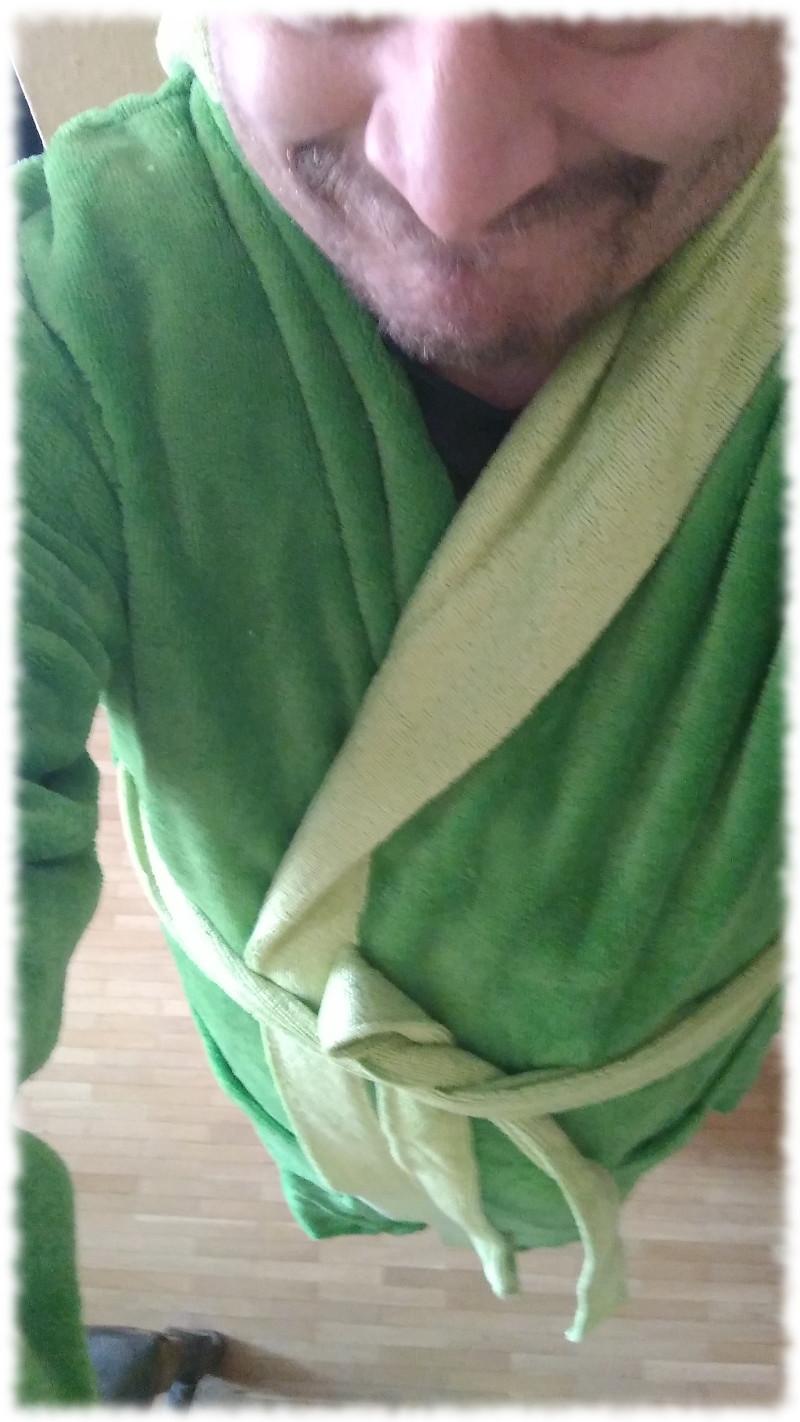 Ulf in ausgesprochen hässlichem, giftgrünen aber flauschigen Bademantel.