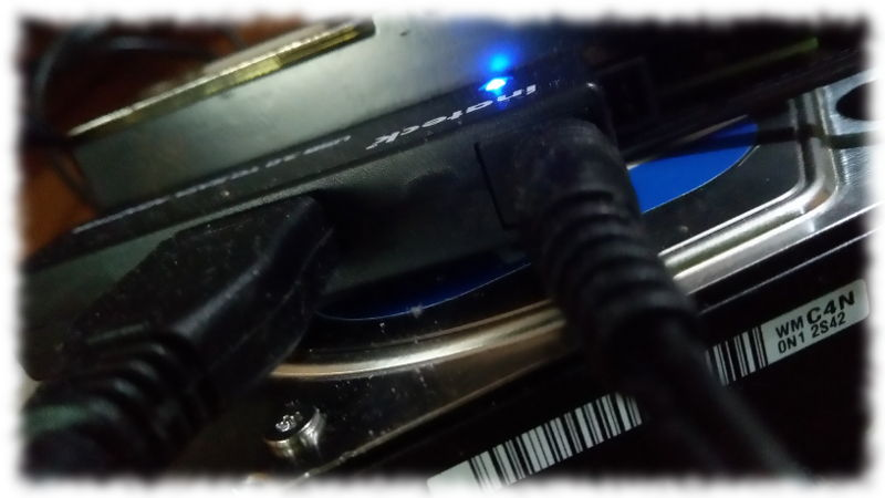 An Adapter von SATA auf USB angeschlossene ausgebaute interne Festplatte-