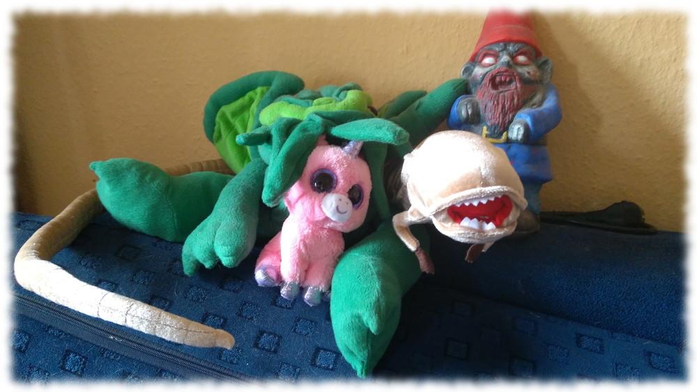 Plüschtiere Cthulhu, Babyeinhorn und Alien-Chestburster sowie Gartenzwergzombie