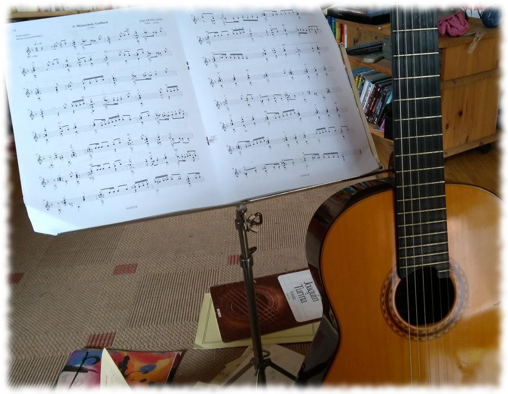 Konzertgitarre und Noten.