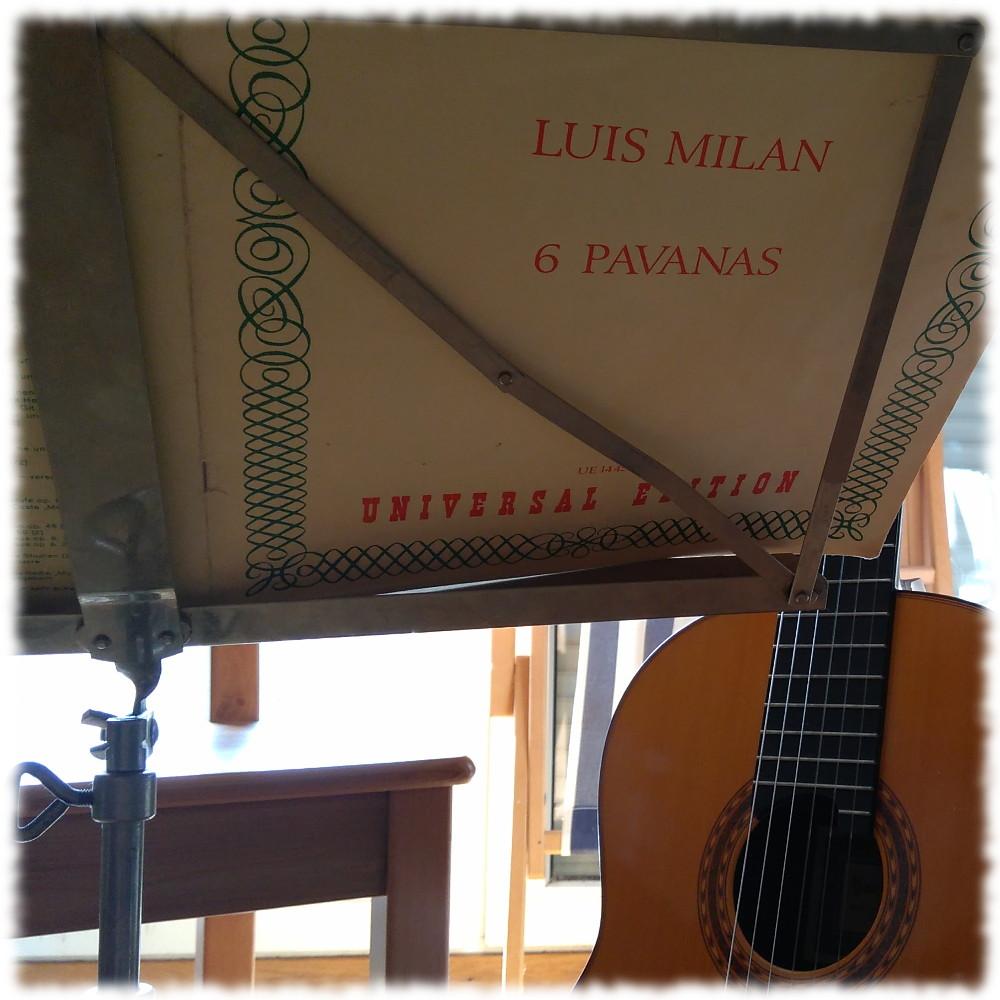 Noten von Milan auf Notenständer, im Hintergrund meine Gitarre.